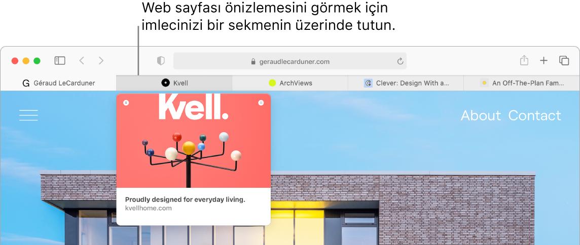 Sekme etiketinin yanı sıra site simgelerini gösteren beş sekmenin bulunduğu bir Safari penceresi. Bir sekmenin altında o sekmedeki içeriğin bir önizleme penceresi var.
