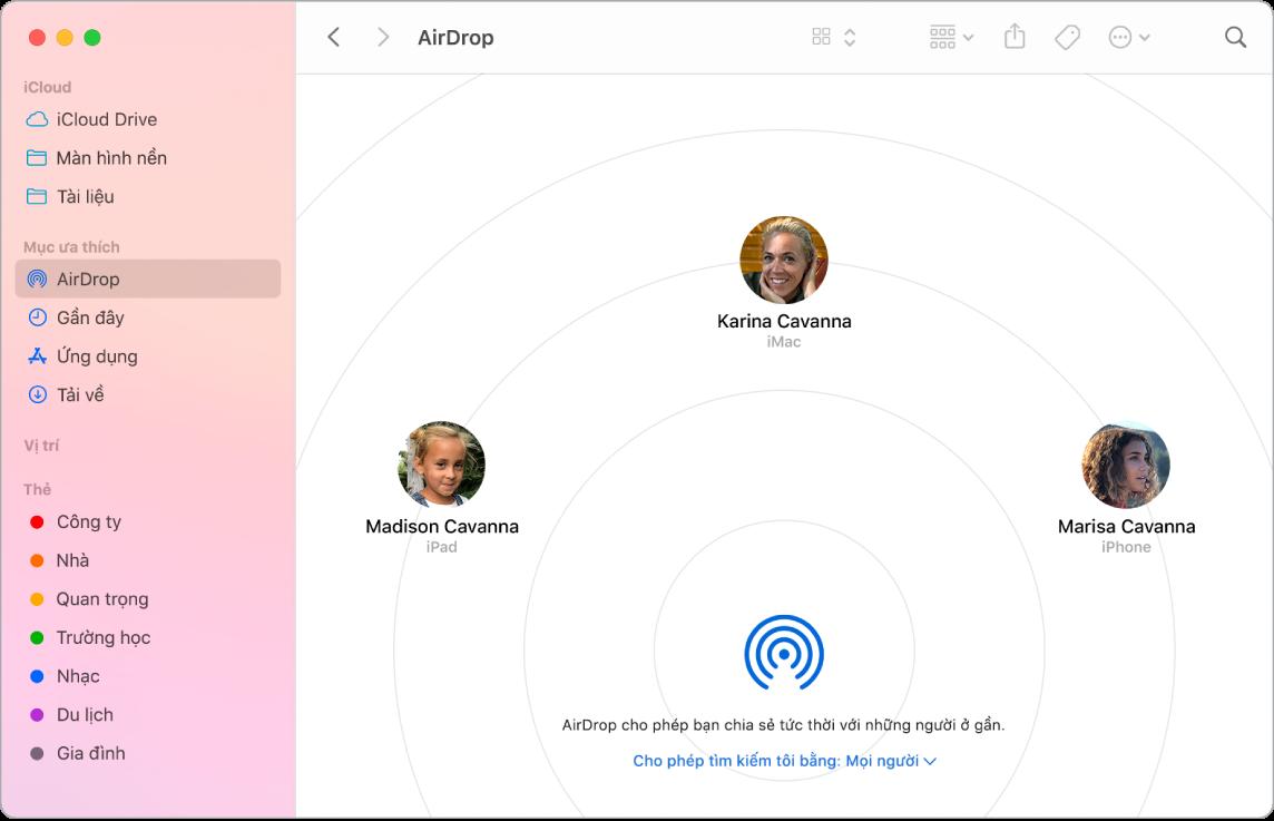 Cửa sổ Finder với AirDrop được chọn trong phần Mục ưa thích của thanh bên.