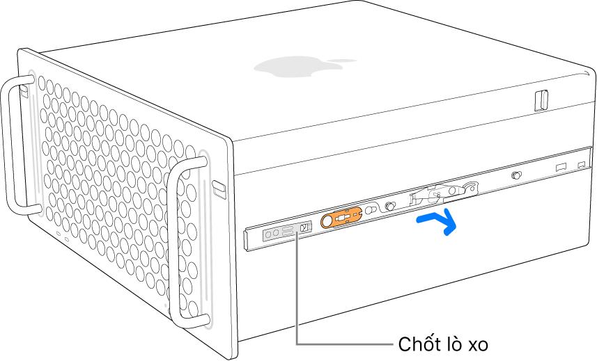 Thanh ray đang được tháo khỏi sườn của Mac Pro.