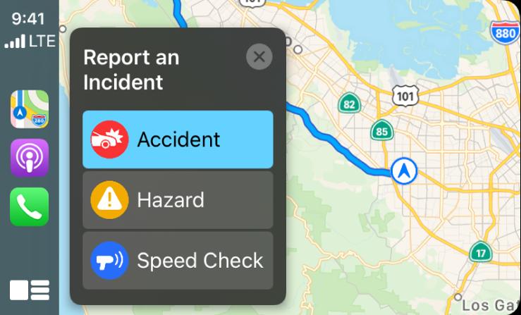 CarPlay, показващ иконки за Maps (Карти), Podcasts (Подкасти) и Phone (Телефон) вляво и карта на текущата област вдясно със съобщение за Traffic Accident (Пътна катастрофа), Hazard  (Опасност) или Speed Check (Проверка на скоростта).