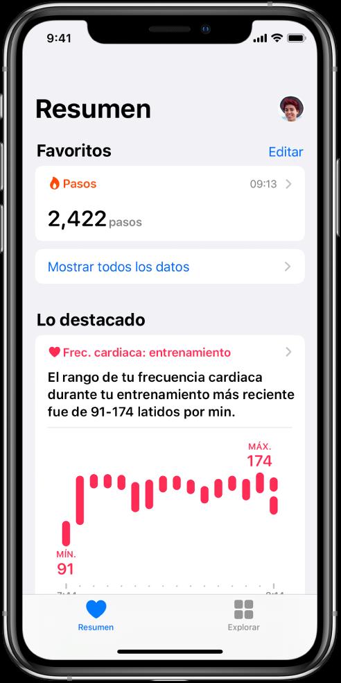 """Pantalla de resumen mostrando la categoría Pasos como favorita. Debajo de """"Lo destacado"""", la pantalla muestra información sobre frecuencia cardiaca durante el entrenamiento más reciente."""