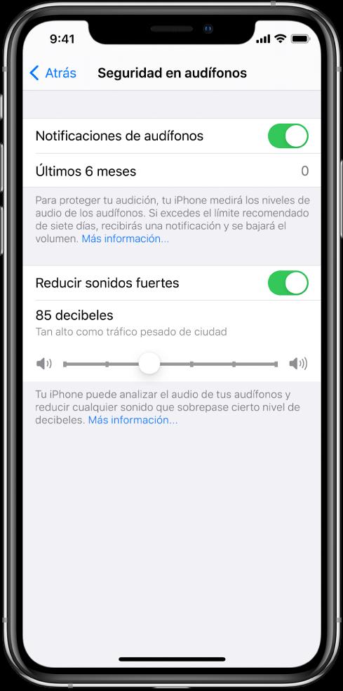 """La pantalla """"Seguridad de los audífonos"""", que muestra el botón para activar o desactivar las notificaciones de audífonos, la cantidad de notificaciones de audífonos enviadas en los últimos 6 meses, el botón para activar o desactivar la opción """"Reducir sonidos fuertes"""", un regulador para cambiar el nivel máximo de decibeles, y el límite de decibeles establecido de 85 decibeles."""