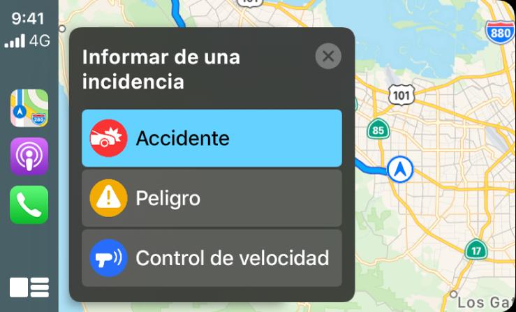 CarPlay con iconos para Mapas, Podcasts y Teléfono a la izquierda y un mapa de la zona actual a la derecha, donde se notifica un accidente de tráfico, una situación de peligro o un control de velocidad.