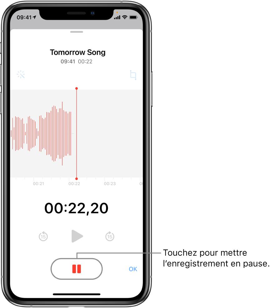 L'écran Dictaphone affichant un enregistrement en cours, avec un bouton Pause en surbrillance et des commandes grisées permettant de lire l'enregistrement, d'avancer et de reculer de 15secondes. La majeure partie de l'écran affiche la forme d'onde de l'enregistrement en cours, ainsi que sa durée. Le voyant orange «Micro en cours d'utilisation» apparaît en haut à droite.
