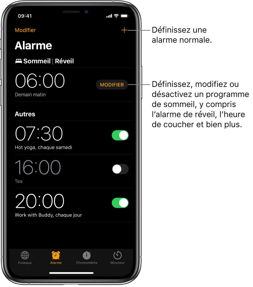 L'onglet Alarme affichant quatre alarmes réglées à différentes heures, le bouton pour régler une alarme régulière en haut à droite, et l'alarme de réveil avec un bouton pour changer le programme de sommeil dans l'app Santé.