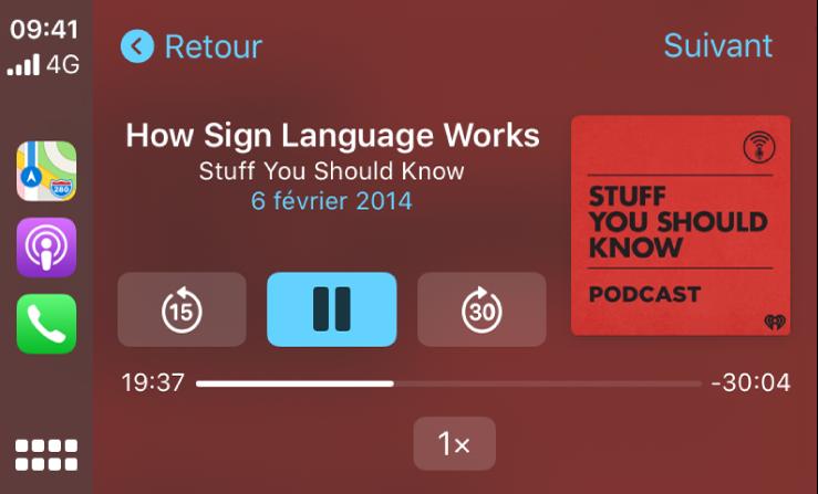 Tableau de bord CarPlay affichant le podcast «How Sign Language Works» de Stuff You Should Know en cours de lecture.