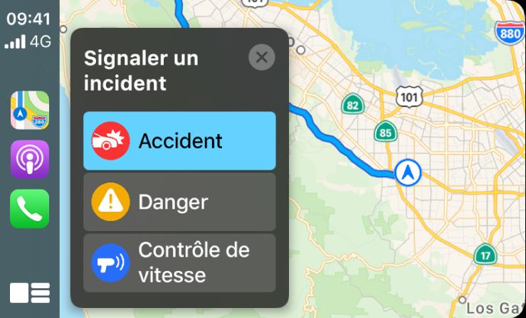 CarPlay affichant les icônes de Plans, Podcasts et Téléphone sur la gauche, et un plan de la zone actuelle sur la droite signalant un accident de circulation, un danger ou un contrôle de vitesse.