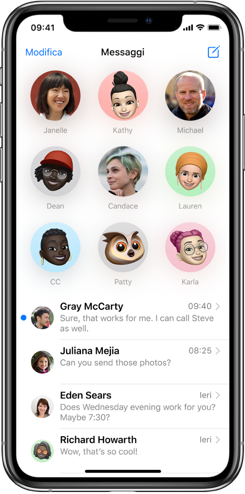 L'elenco delle conversazioni di Messaggi nell'app Messaggi. Nella parte superiore dello schermo, sono presenti nove immagini di contatto racchiuse da cerchi, che indicano che quelle conversazioni sono fissate in alto. Al di sotto si trova l'elenco delle conversazioni.