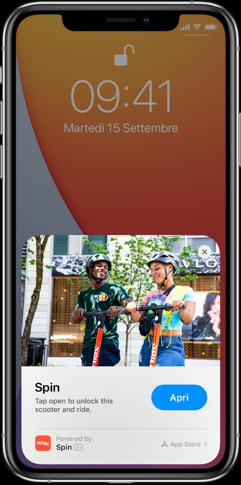 """Un'app clip viene mostrata nella parte inferiore di """"Blocco schermo"""" su iPhone."""