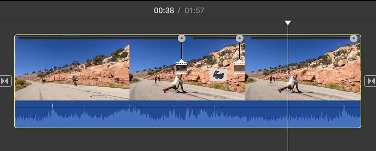 Значок с изображением смотрящего назад кролика и три регулятора скорости на клипе на временной шкале