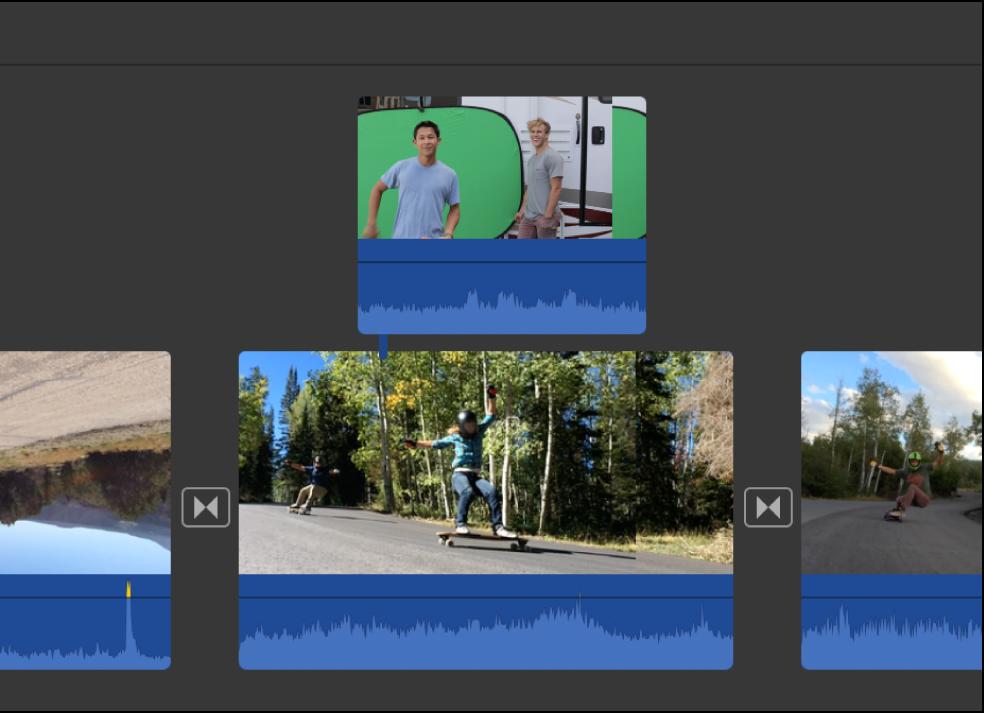 時間列顯示正在拖移到另一個剪輯片段以進行連接的剪輯片段