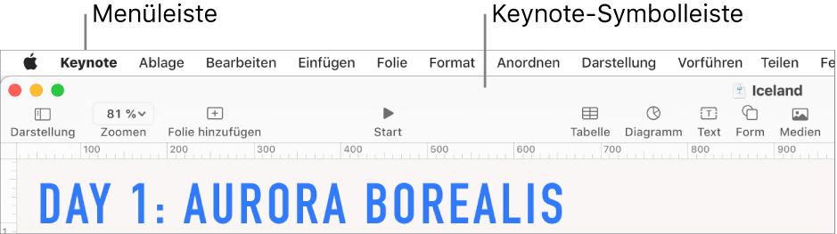 """Die Menüleiste oben auf dem Bildschirm mit den Menüs """"Apple"""", """"Keynote"""", """"Ablage"""", """"Bearbeiten"""", """"Einfügen"""", """"Format"""", """"Anordnen"""", """"Darstellung"""", """"Teilen"""", """"Fenster"""" und """"Hilfe"""" Unter den Menüleiste befindet sich eine geöffnete Keynote-Präsentation mit den Tasten """"Darstellung"""", """"Zoomen"""", """"Folie hinzufügen"""", """"Vorführen"""", """"Keynote Live"""", """"Tabelle"""", """"Diagramm"""", """"Text"""", """"Form"""", """"Medien"""" und """"Kommentar"""" in der Symbolleiste."""