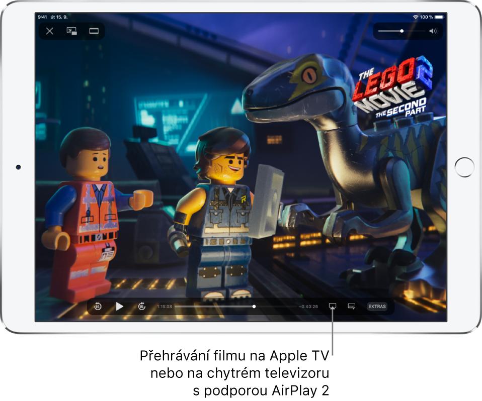 Na displeji iPadu se přehrává film. Vdolní části obrazovky jsou vidět ovládací prvky pro přehrávání, mimo jiné tlačítko Zrcadlení obrazovky vpravo dole.