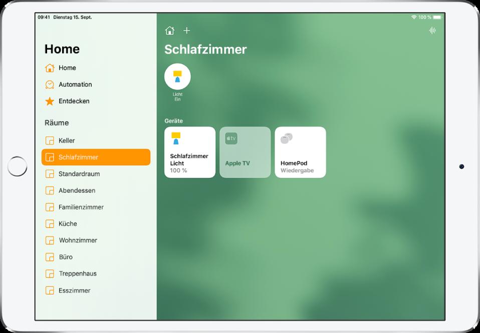 """Die App """"Home"""" mit der Seitenleiste auf der linken Seite. Unter """"Räume"""" in der Seitenleiste ist """"Schlafzimmer"""" ausgewählt. Rechts neben der Seitenleiste sind oben die Tasten """"Einstellungen des Zuhauses"""" und """"Hinzufügen"""" zu sehen. Oben rechts befindet sich die Taste """"Intercom"""". Oben befindet sich auch eine Statustaste für ein Licht, die darauf hinweist, dass das Licht eingeschaltet ist. Darunter befinden sich Tasten für die Schlafzimmerbeleuchtung, AppleTV und den HomePod."""