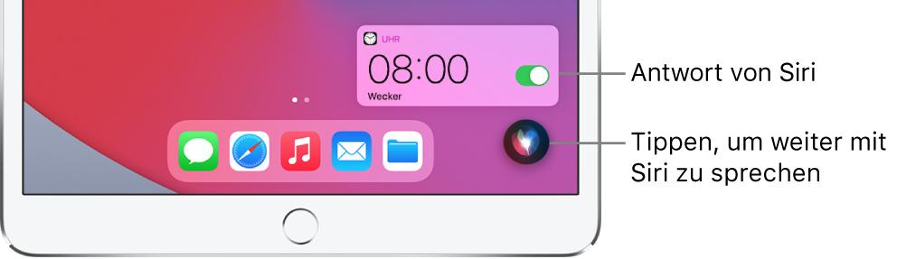 """Siri auf dem Home-Bildschirm. Eine Mitteilung der App """"Uhr"""" zur Bestätigung, dass der Wecker auf 8:00 Uhr eingestellt wurde. Die Taste unten rechts dient dazu, die Konversation mit Siri fortzusetzen."""
