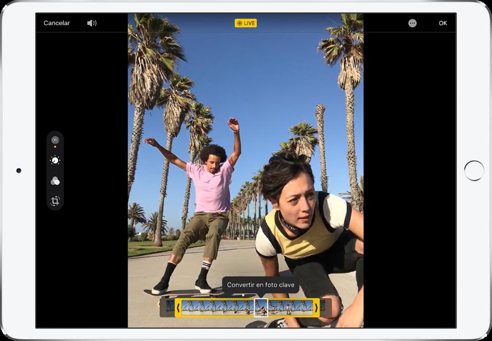 """LivePhoto en modo de edición. En la parte izquierda de la pantalla, el botón Live está seleccionado. La foto se muestra en mitad de la pantalla y los fotogramas de LivePhoto se muestran debajo. El fotograma clave seleccionado tiene un contorno blanco y la opción """"Convertir en foto clave"""" aparece encima del fotograma."""