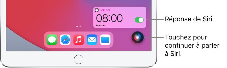 Siri sur l'écran d'accueil. Une notification de l'app Horloge indique qu'un réveil est activé pour 8h. Un bouton en bas à droite de l'écran permet de continuer à parler à Siri.