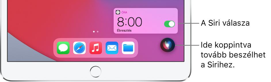 A Siri a Főképernyőn. Az Óra alkalmazás értesítése azt jelzi, hogy be lett állítva egy ébresztés reggel 8 órára. A képernyő aljának jobb oldalán lévő gombbal tovább beszélhet a Sirihez.