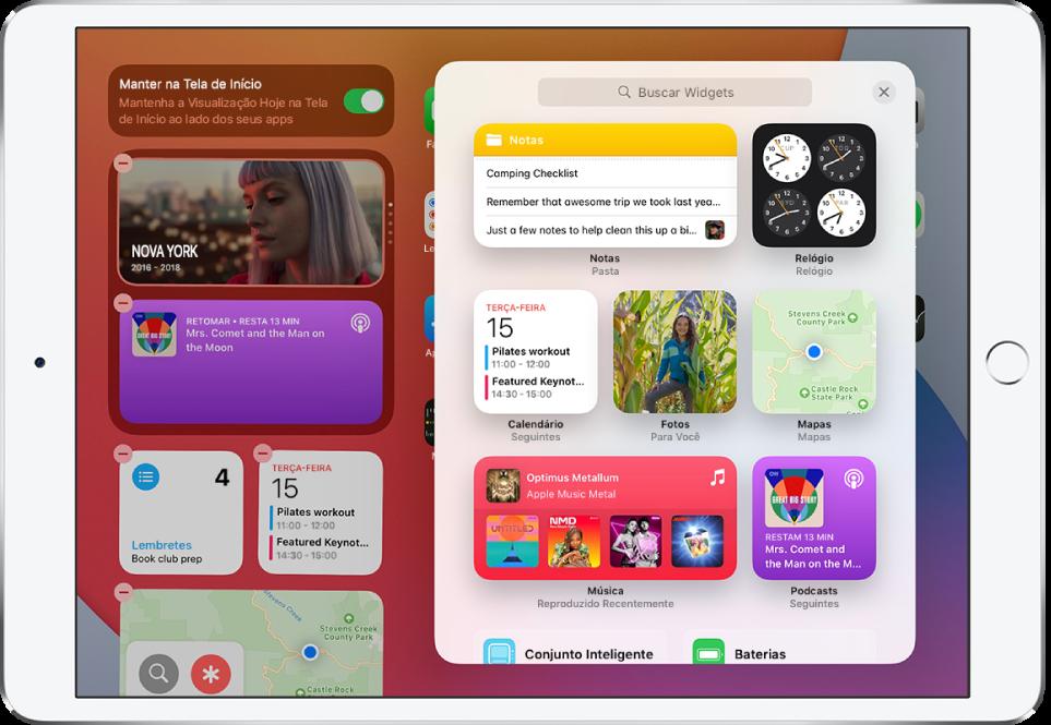 A galeria de widgets no iPad mostrando widgets que incluem Notas, Relógio, Calendário, Fotos, Mapas, Música e Podcasts.