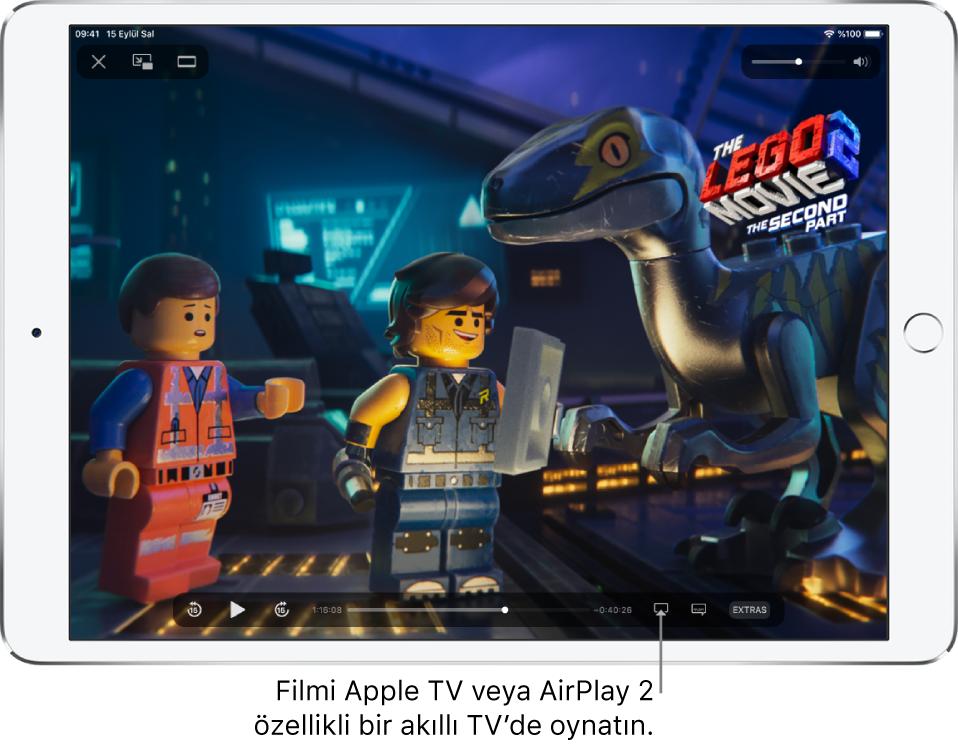 iPad ekranında film oynuyor. Ekranın alt kısmında sağ altın yakınındaki Ekran Yansıtma düğmesi ile birlikte oynatma denetimleri var.