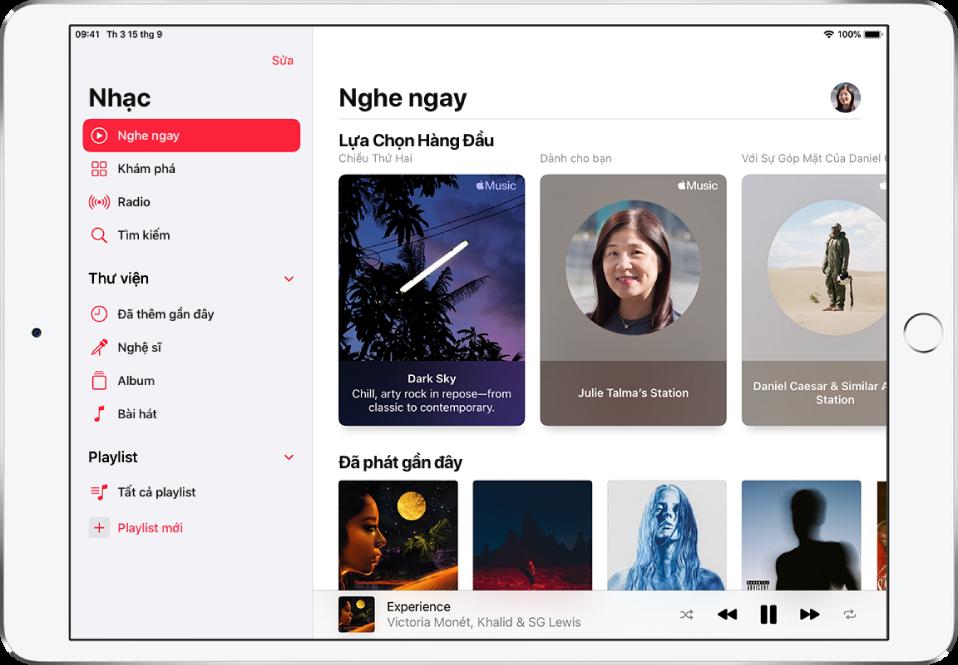 Màn hình Nghe ngay đang hiển thị thanh bên ở bên trái và phần Nghe ngay ở bên phải. Phần Nghe ngay có nút trang cá nhân ở trên cùng bên phải. Playlist Top lựa chọn xuất hiện ở bên dưới. Bên dưới Top lựa chọn là phần Đã phát gần đây, đang hiển thị bốn album.
