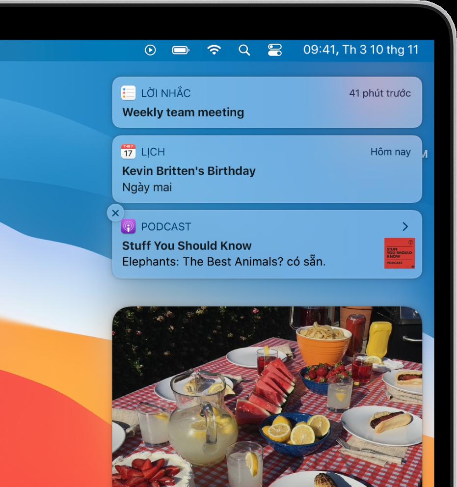 Góc trên cùng bên phải của màn hình nền máy Mac đang hiển thị các thông báo, bao gồm một thông báo cho tập mới có sẵn để nghe trong ứng dụng Podcast.