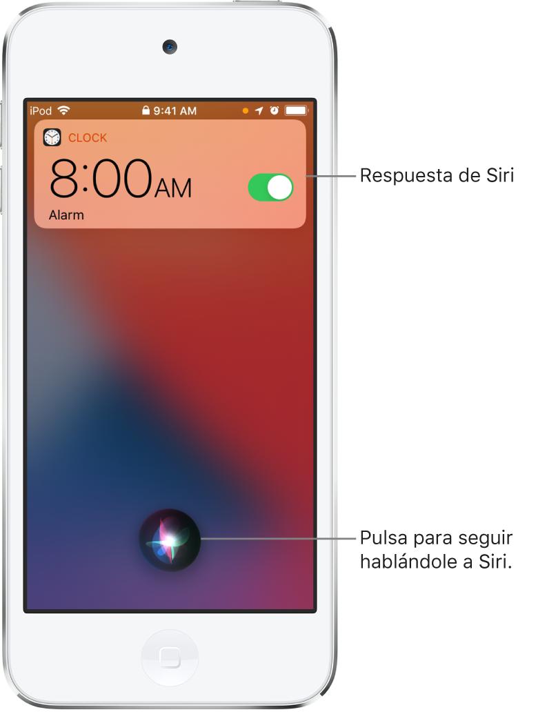 Siri en la pantalla bloqueada. Una notificación de la app Reloj muestra que hay una alarma activada para las 8 de la mañana. En la parte central inferior, hay un botón que se usa para seguir hablándole a Siri.