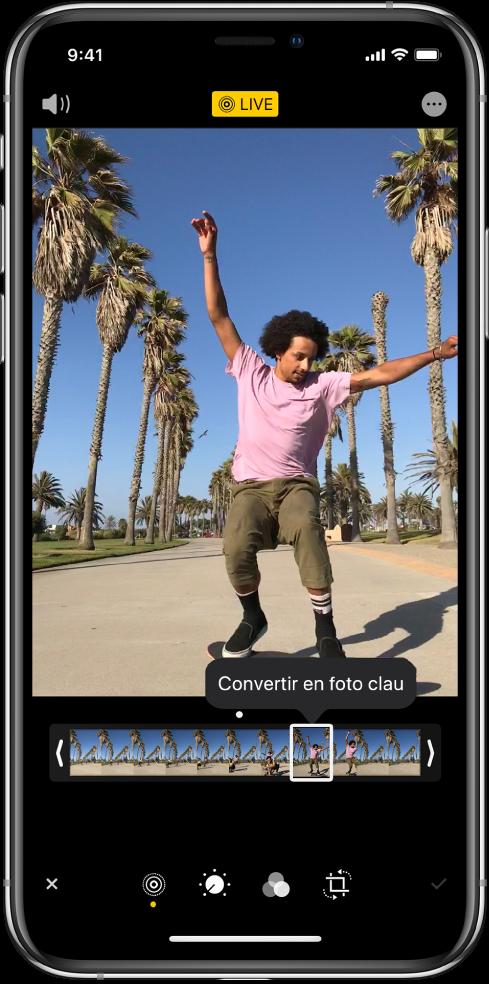"""Pantalla d'una Live Photo amb la Live Photo al centre. El botó Live es troba al centre de la part superior, i el botó So a l'angle superior esquerre. A sota de la Live Photo hi ha el visor de fotogrames amb el botó """"Convertir en foto clau"""" activat. A cada extrem del visor de fotogrames hi ha dues barres que et permeten retallar la Live Photo."""