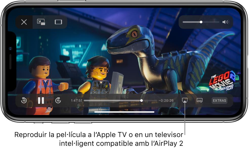 """Reproducció d'una pel·lícula en curs a la pantalla de l'iPhone. A la part inferior de la pantalla hi ha els controls de reproducció, inclòs el botó """"Duplicar pantalla"""" a prop de la part inferior dreta."""