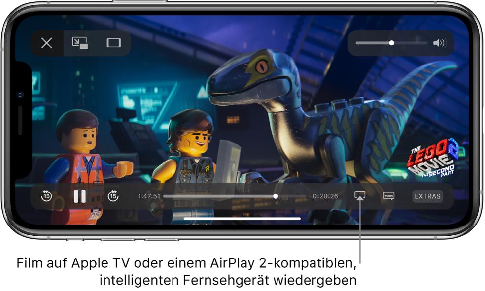 """Auf dem iPhone-Bildschirm wird ein Film wiedergegeben. Unten auf dem Bildschirm befinden sich die Steuerelemente für die Wiedergabe, einschließlich der Taste """"Bildschirmsynchronisierung"""" unten rechts."""