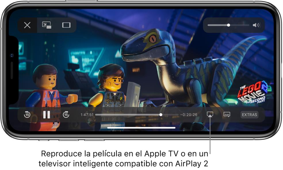 """Una película reproduciéndose en la pantalla del iPhone. En la parte inferior de la pantalla se encuentran los controles de reproducción, incluido el botón """"Duplicar pantalla"""", cerca de la esquina inferior derecha."""