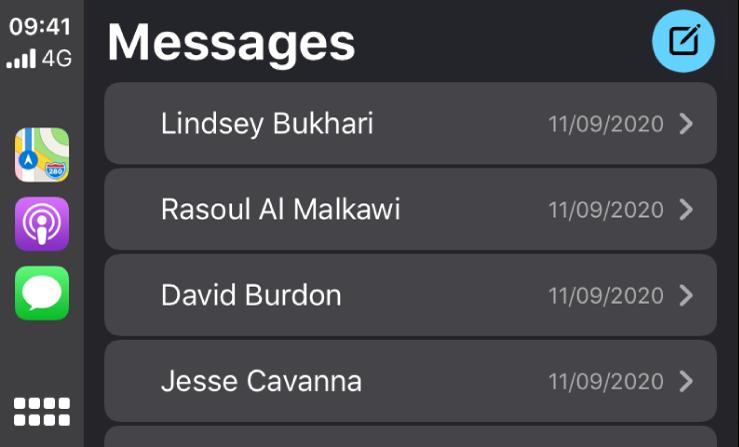 Écran CarPlay montrant plusieurs messages texte.