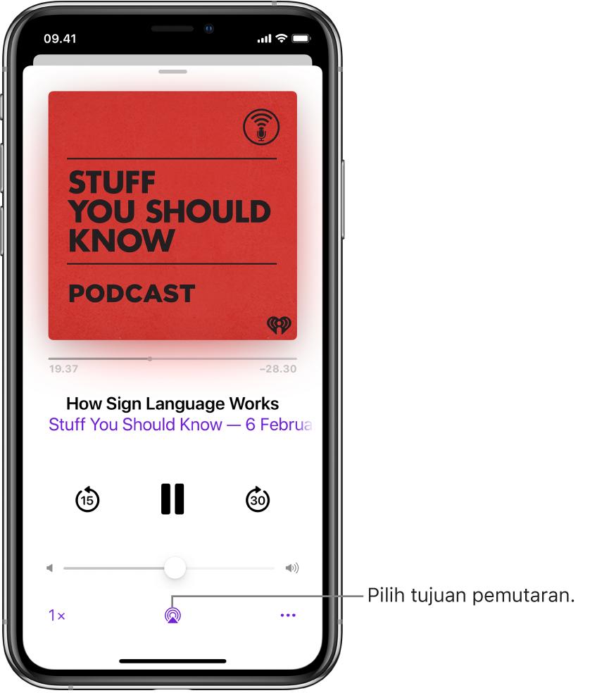 Kontrol pemutaran untuk podcast, termasuk tombol Tujuan Pemutaran di bagian bawah layar.