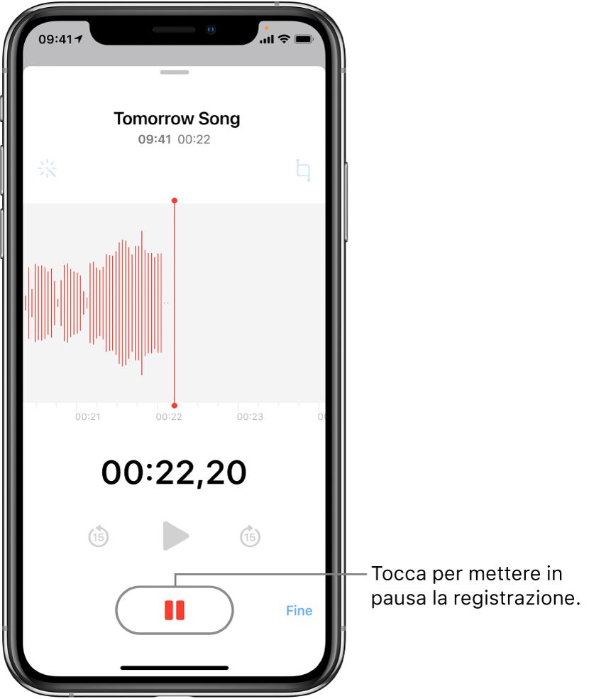 """La schermata di Memo Vocali mostra una registrazione in corso, con un pulsante Pausa attivo e i controlli per riprodurre, andare avanti di 15 secondi e andare indietro di 15 secondi oscurati. La parte principale dello schermo mostra la forma d'onda della registrazione in corso, nonché un indicatore del tempo. L'indicatore arancione """"Microfono in uso"""" viene visualizzato in alto a destra."""