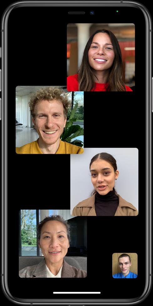 Een FaceTime-groepsgesprek met vijf deelnemers, waaronder de initiator. Elke deelnemer verschijnt in een aparte tegel.