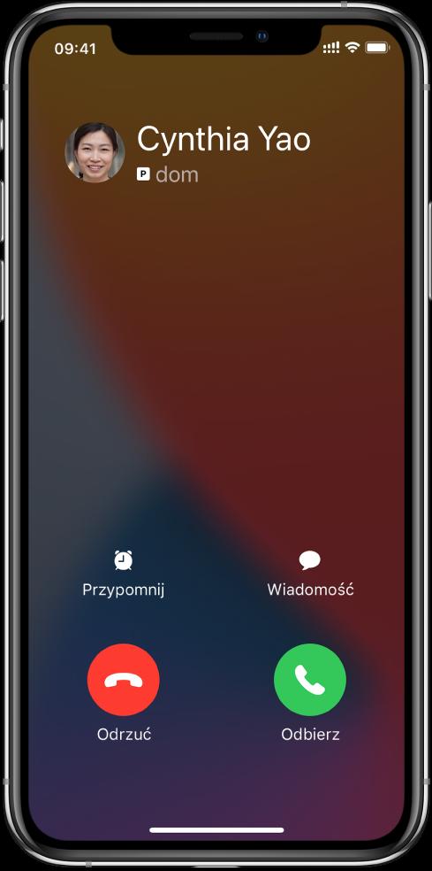 Ekran zawierający ugóry powiadomienie opołączeniu przychodzącym. Wprawym górnym rogu widoczne są przyciski Odrzuć iOdbierz.