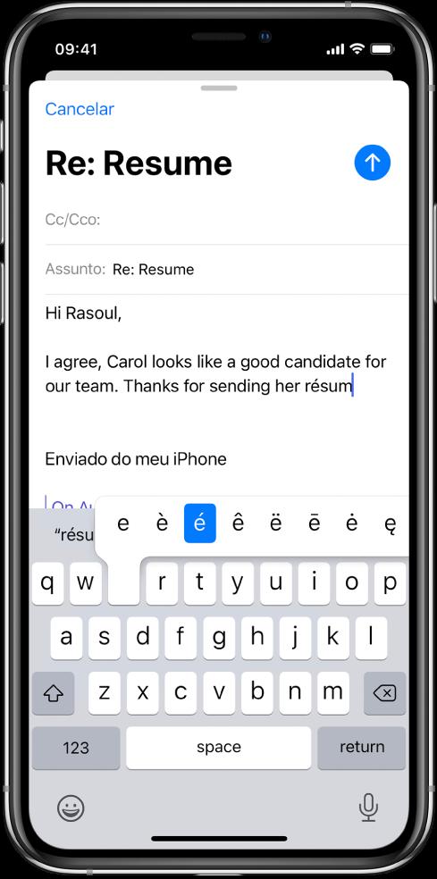 """Tela mostrando um e‑mail sendo redigido. O teclado está aberto, mostrando os caracteres alternativos da tecla """"e""""."""