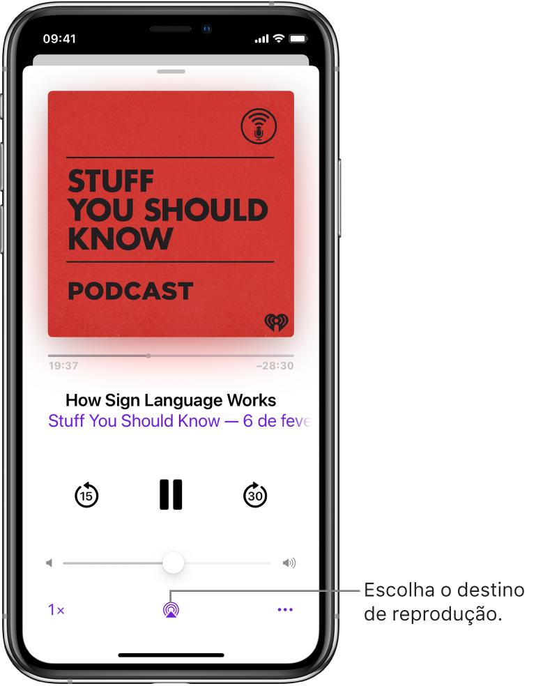 Os controles de reprodução de um podcast, incluindo o botão Destino da Reprodução na parte inferior da tela.