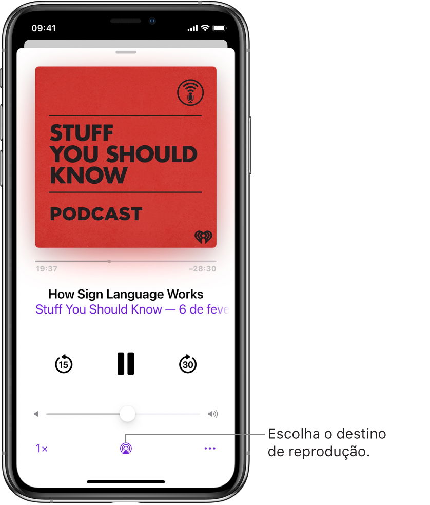 """Os controlos de reprodução para um podcast, incluindo o botão """"Destino da reprodução"""" na parte inferior do ecrã."""