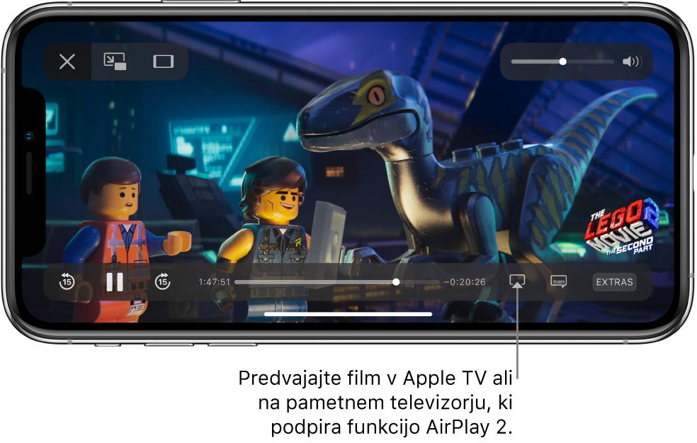 Film, ki se predvaja na zaslonu iPhona. Na dnu zaslona so kontrolniki predvajanja, vključno z gumbom Screen Mirroring desno spodaj.