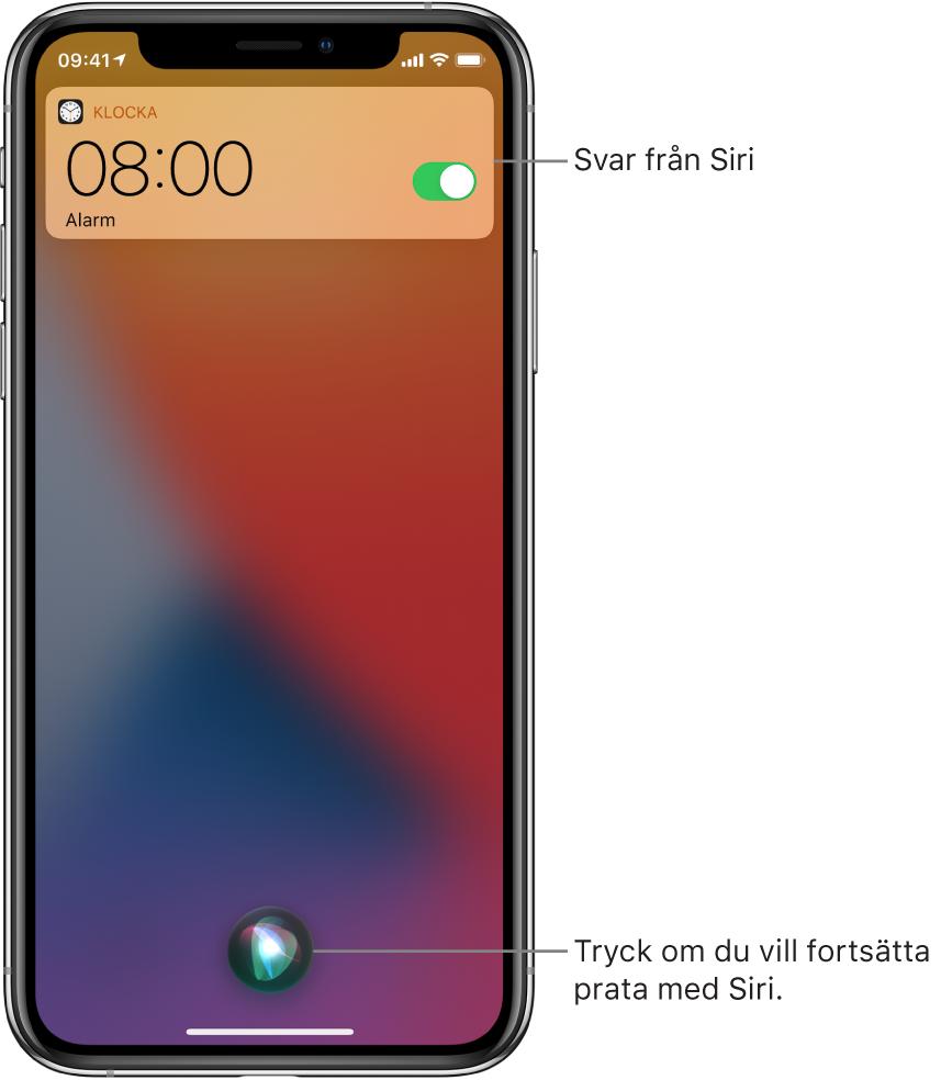 Siri på låsskärmen: En notis från appen Klocka som visar att ett alarm är aktiverat för kl.08:00. Längst ned i mitten av skärmen finns en knapp för att fortsätta prata med Siri.