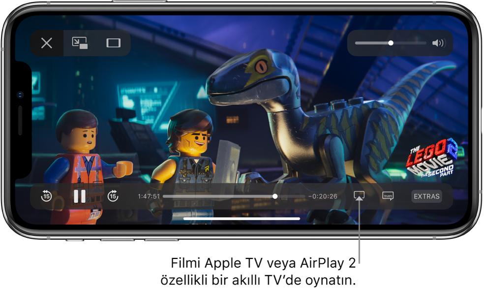iPhone ekranında film oynuyor. Ekranın alt kısmında sağ altın yakınındaki Ekran Yansıtma düğmesi ile birlikte oynatma denetimleri var.