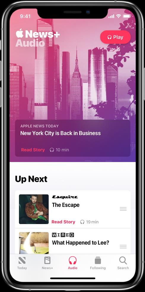 「音訊」畫面顯示 AppleNewsToday 摘要於最上方。「播放」按鈕顯示於報導右上角。報導的下方為包含兩則報導的「待播清單」部分。畫面底部為「今天」、News+、「音訊」、「追蹤中」和「搜尋」五個標籤頁。