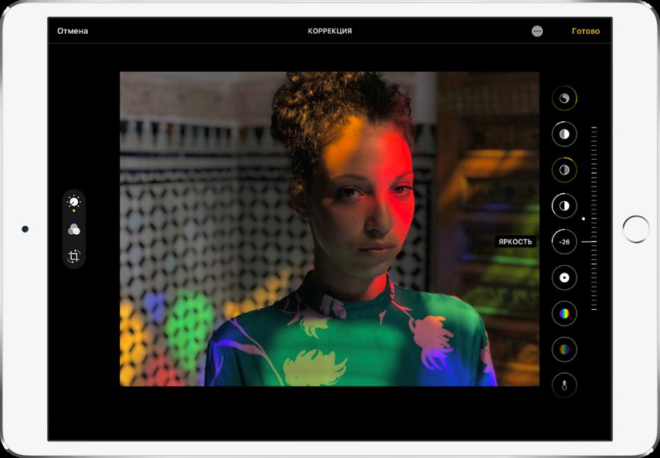 Экран редактирования с фотографией в центре. Слева от фото находится кнопка «Править», кнопка «Фильтры» и кнопка «Обрезать». Нажата кнопка «Править». Справа от фото находятся кнопки эффектов и бегунок для настройки степени выраженности каждого эффекта. В левом верхнем углу находится кнопка «Отменить», а в правом верхнем— кнопки «Другие параметры» и «Готово».