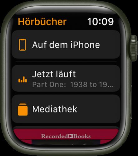 """Die Apple Watch mit der Anzeige """"Hörbücher"""". Oben wird die Taste """"Auf dem iPhone"""", darunter werden die Tasten """"Jetzt läuft"""" und """"Bibliothek"""" angezeigt und unten ist ein Teil des Coverbilds für das Hörbuch zu sehen."""