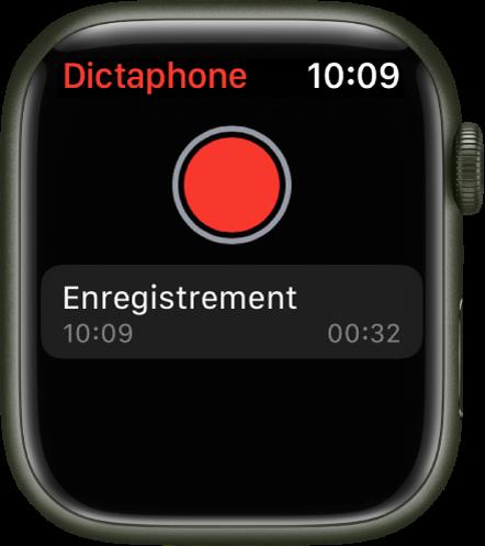 L'AppleWatch affichant l'écran Dictaphone. Un bouton Enregistrer rouge apparaît en haut de l'écran. Un mémo enregistré figure en dessous. Il affiche l'heure d'enregistrement ainsi que sa durée.