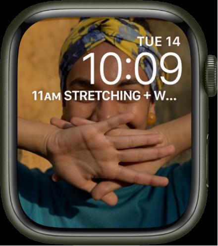 동기화된 사진 앨범에 있는 사진을 표시하는 사진 시계 페이스. 날짜 및 시간이 오른쪽 상단에, 캘린더 일정 컴플리케이션이 아래에 있음.