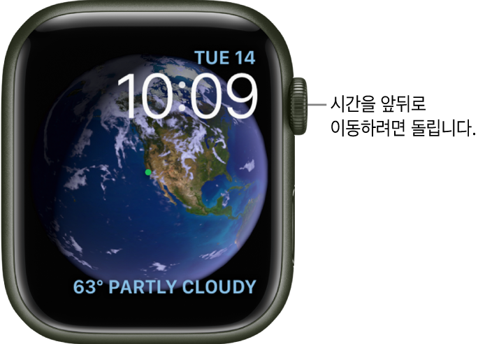 천체 시계 페이스에는 요일, 날짜 및 현재 시간이 표시됨. 날씨 컴플리케이션이 오른쪽 하단에 있음. DigitalCrown을 돌려 과거나 미래로 이동할 수 있음.