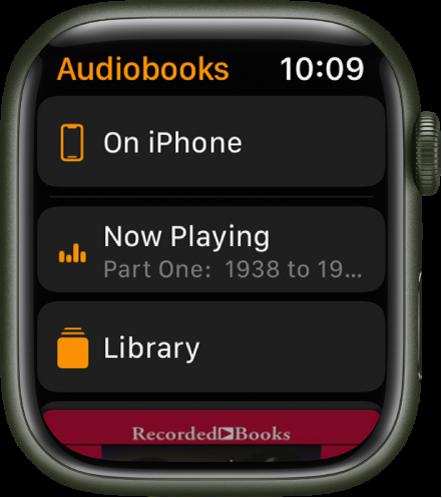 De AppleWatch met het Audioboeken-scherm, met bovenin de knop 'Op iPhone', daaronder de knoppen 'Huidige' en 'Bibliotheek', en onderin een deel van de kaftillustratie van een audioboek.