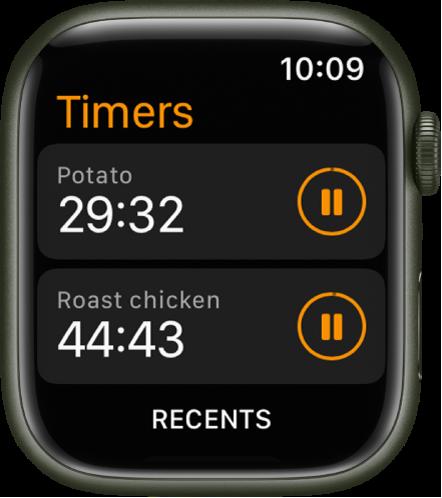 Två timers i appen Timers. Återstående tid visas under namnet på varje timer och det finns pausknappar till höger om dem. Längst ned på skärmen finns knappen Senaste.